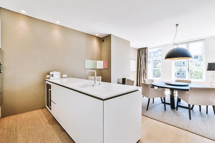cocina contemporánea estilo arquitectónico amplia y blanca