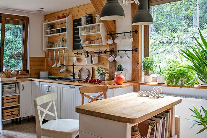 cocina rústica estilo arquitectónico bajos techos y madera