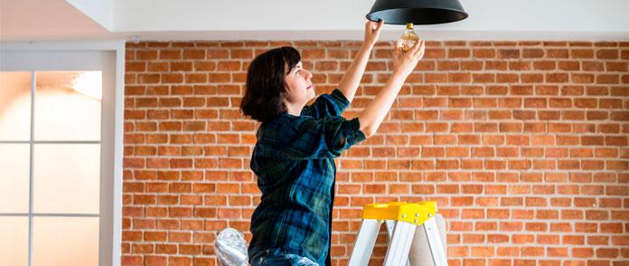 Mujer arreglando segunda vivienda