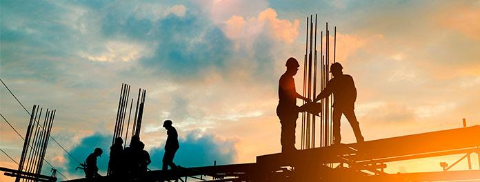 Trabajadores de la construcción en unos andamios. Concepto de la Ley del Suelo Madrid 2021