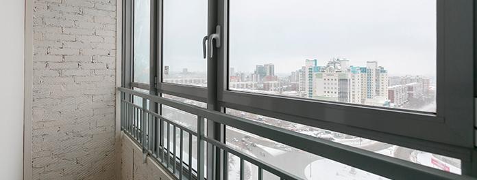 Balcón de una vivienda con un cerramiento de obra realizado